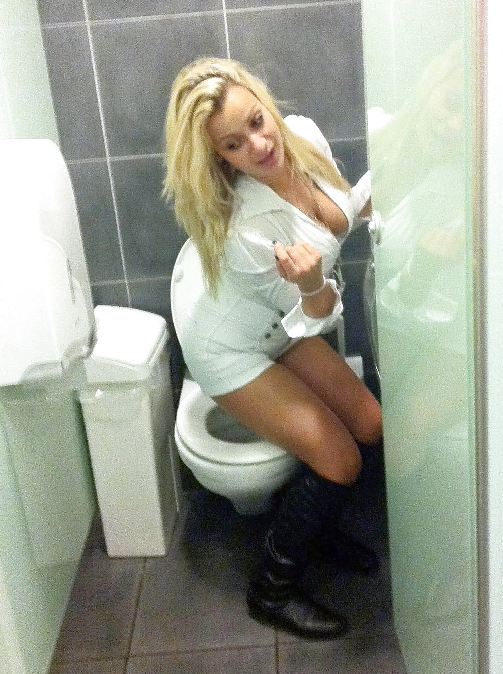 sexy-girls-on-the-toilets